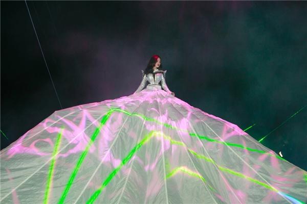 Giang Hồng Ngọccũng mang đến một màn trình diễn của ánh sáng vô cùng tuyệt vời trên nền vải trắng phủ rộng cả sân khấu.
