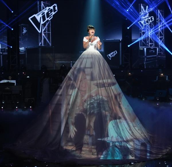 Xuân Nghi The Voice dùng chiếc váy như một màn chiếu để kể về câu chuyện gia đình cảm động khiến khán giả không kìm được nỗi niềm, sự xúc động.