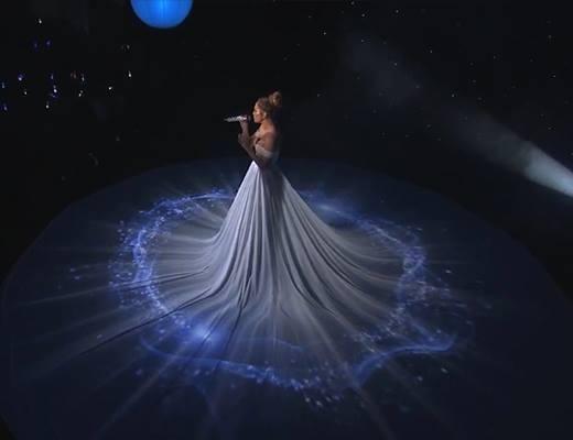 """Jennifer Lopez từng khiến khán giả choáng ngợp khi """"thay"""" liên tục 10 bộ váy trong một phần trình diễn. Tuy nhiên, thực chất đó vẫn là nền vải được sử dụng làm màn chiếu họa tiết. Nữ ca sĩ danh tiếng đã tạo nên không gian trình diễn độc đáo mang người xem đến với dải ngân hà huyền bí, lung linh sắc màu."""