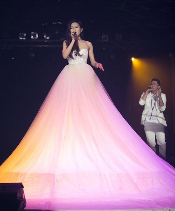 Nữ ca sĩ Trang Pháp cũng không kém phần ấn tượng trên một sân khấu với chiếc váy có phần tùng xòe rộng bằng voan lụa.
