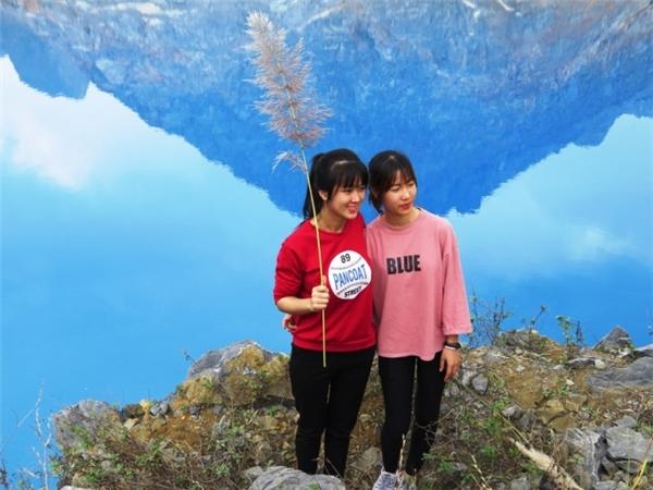 Các bạn trẻ háo hức chụp ảnh cùng hồ nước xanh ngắt. (Ảnh: VNExpress)