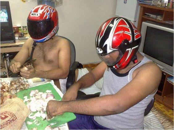 An toàn như hai anh này thì còn lo gì việc chảy nước mắt. Vừa thái hành, vừa đội mũ bảo hiểm thì còn không lo...quạt trần rơi vào đầu luôn ấy chứ.(Ảnh: Internet)