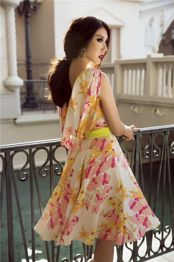Ngọc Quyên khá yêu thích chất liệu vải in đè họa tiết. Ở bộ trang phục này, cô chọn thiết kế không tay nhã nhặn, thanh lịch. Dù được phối bởi nhiều họa tiết, bộ váy vẫn toát lên sắc vàng đồng chủ đạo thời thượng.