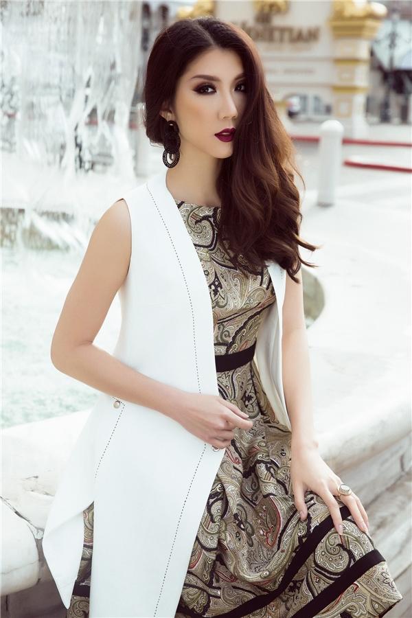 Sự kết hợp cùng áo khoác blazer không tay tông trắng tưởng chừng như đơn giản nhưng càng tăng thêm tính thẩm mỹ cho bộ trang phục và tôn lên vóc dáng thanh mảnh của siêu mẫu.