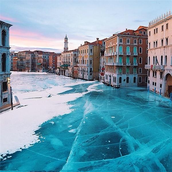 Hình ảnh dòng kênh đào - mạch giao thông chính của thành phố Venice hoàn toàn bị đóng băng đã khiến dân tình phải hốt hoảng nhưng cũng không kìm được sự trầm trồ vì vẻ đẹp ảo diệu của nó.
