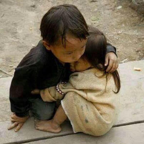 Tấm ảnh này đã được chia sẻ cực kỳ nhiều trên mạng với nội dung anh trai che chở cho em gái trong trận động đất kinh hoàng tại Nepal năm 2015.