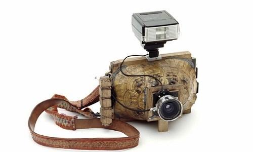 """Mẫu máy ảnh có đầy đủ chức năng như một chiếc máy ảnh thông thường nhưng phần thân máyđược chế tác bằng một chiếc mai rùa nhìn rất """"nghệ"""". (Ảnh: internet)"""