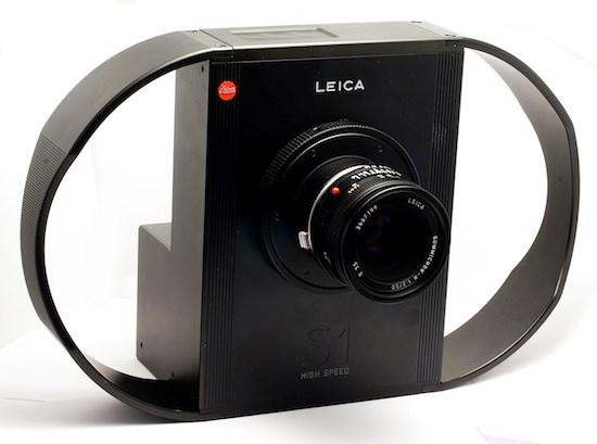 Đây là máy ảnhLeica S1 rất cồng kềnhnhìn như một chiếc hộp đen kì dị với 2 vòng cung hai bên để giúp người dùng cầm chắc tay không bị run, tránh hiện tượngnhòe ảnh chụp. (Ảnh: internet)