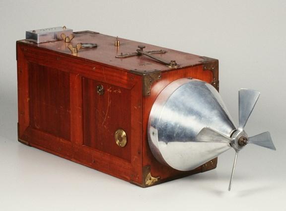 Mẫu máy ảnhWilliamson Aeroplane kì lạ này lần đầu tiên được giới thiệu vào năm 1915 tại Anh. Cánh quạt phía trước của nó không phải để bay mà để giúp các nhiếp ảnhlên phim chụp mà không cần tốn sức. (Ảnh: internet)