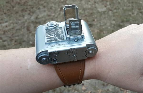 Chiếc máy ảnh đeo tay như đồng hồ và nặng chỉ 19,5 gram độc đáonày có tên là Tessina camera là một phát minh của kĩ sư người Úc Rudolph Steineck. Nó có một ống kính 35 mm khẩu độf/2.8. (Ảnh: internet)
