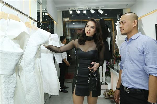 Vương Thu Phương mua váy ủng hộ người bạn thân. - Tin sao Viet - Tin tuc sao Viet - Scandal sao Viet - Tin tuc cua Sao - Tin cua Sao