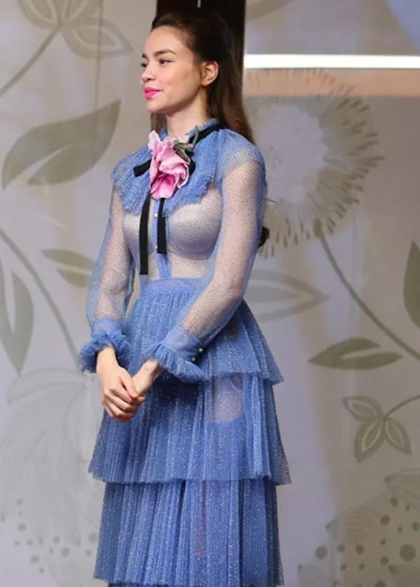 """Tuy nhiên, nữ ca sĩ cũng 2 lần bị điểm trừ đều với trang phục xuyên thấu mỏng manh. Nếu như với bộ váy xanh, Hồ Ngọc Hà không tinh tế trong cách chọn nội y thì với thiết kế màu đen do góc chụp, góc quay hình lại khiến nữ ca sĩ trông phản cảm. Trước mọi ý kiến trái chiều, chê bai thậm chí """"ném đá"""" thì Hồ Ngọc Hà vẫn giữ im lặng."""