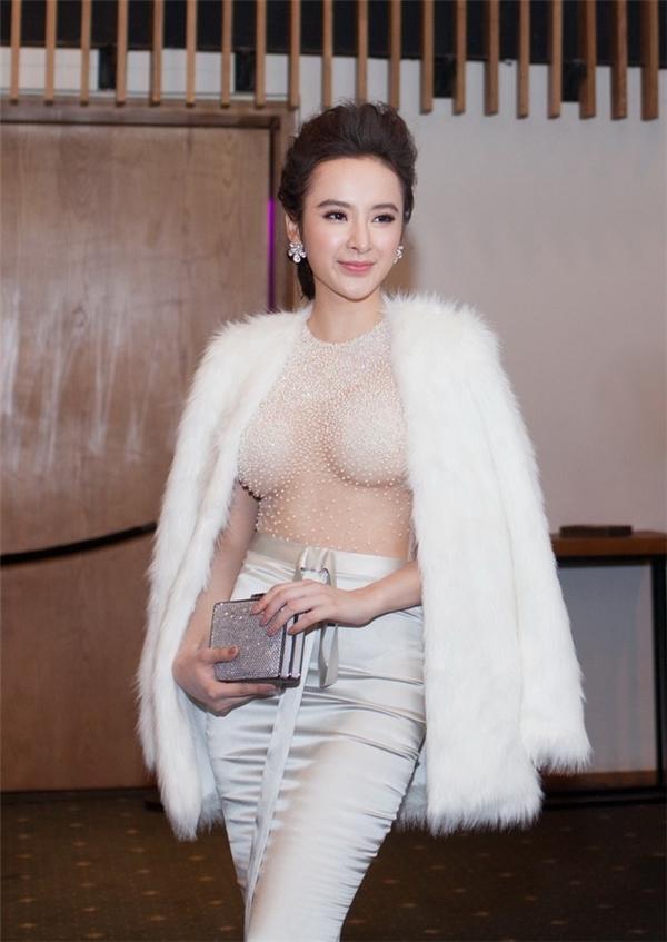 Đầu năm 2016, Phương Trinh cũng có màn xuất hiện ấn tượng với váy xuyên thấu kết hợp áo choàng lông. Tuy nhiên, phần ngực áo quá mỏng và chật khiến vòng một của cô bị chèn ép và tạo cảm giác phản cảm.