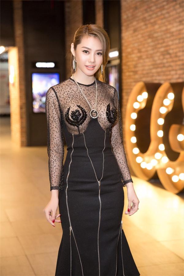 """Linh Chi cũng từng bị """"ném đá"""" dữ dội khi diện bộ váy có phần cut-out, xuyên thấu ngay trung tâm vòng một. Cô nàng là minh chứng rõ nét nhất cho việc váy xuyên thấu không phải là vũ khí của những cô nàng có đôi gò bồng đảo đầy đặn."""