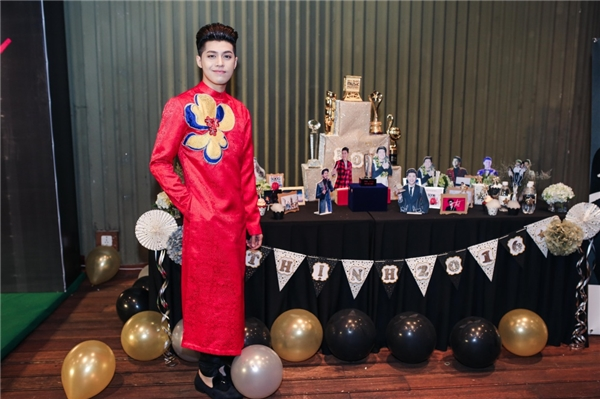 Noo Phước Thịnh diện áo dài đỏ nổi bật trong buổi tiệc cảm ơn mọi người đã hỗ trợ, giúp đỡ anh trong suốt 1 năm qua. - Tin sao Viet - Tin tuc sao Viet - Scandal sao Viet - Tin tuc cua Sao - Tin cua Sao