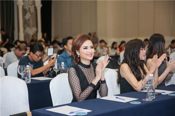Vào năm 2010, nhà thiết kế Quỳnh Paris cũng giúp Diễm Hương có được bộ cánh vô cùng lộng lẫy trong đêm chung kết Hoa hậu Thế giới người Việt. Sau sự kiện, Diễm Hương phải lập tức di chuyển ra sân bay để tham gia vào một chương trình nghệ thuật lớn nhân dịp cuối năm.