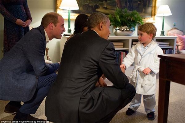 Ông Obama ngồi xổm xuống để bắt tay với hoàng tử George – con trai của hoàng tử William và công nương Kate. Hình ảnh hoàng tử George mặc đồ ngủ, mở đôi mắt to tròn bi bô nói chuyện với người đàn ông quyền lực nhất nước Mỹ đã nổi tiếng trên mạng xã hội suốt thời gian dài.