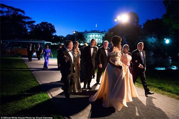 Ông Obama cùng Đệ nhất Phu nhân hộ tống các nhà lãnh đạo nhóm cácnước Bắc Âu tới buổi tiệc chiêu đãi ngoại giao hôm 13/5/2016.