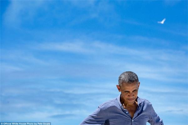 Bức ảnh chụp ông Obama trong chuyến thăm của ông tới quần đảo Midway Atoll, Bắc Thái Bình Dương.