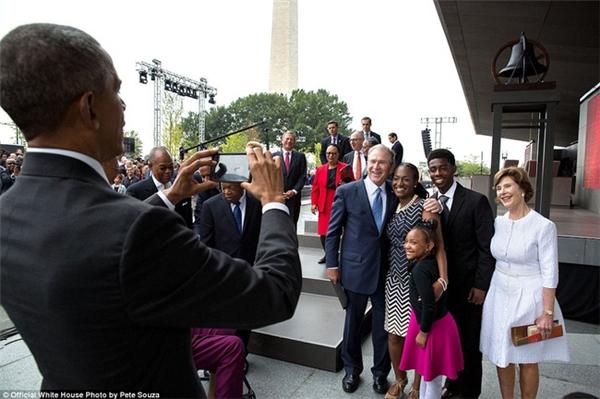 Ông Obama dùng smartphone chụp ảnh cho cựu Tổng thống Bush, phu nhân Laura Bush và gia đình Bonner.