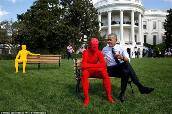 Ông Obama tạo dáng như đang tán gẫu với một bức tượng ở khu vườn Nhà Trắng.