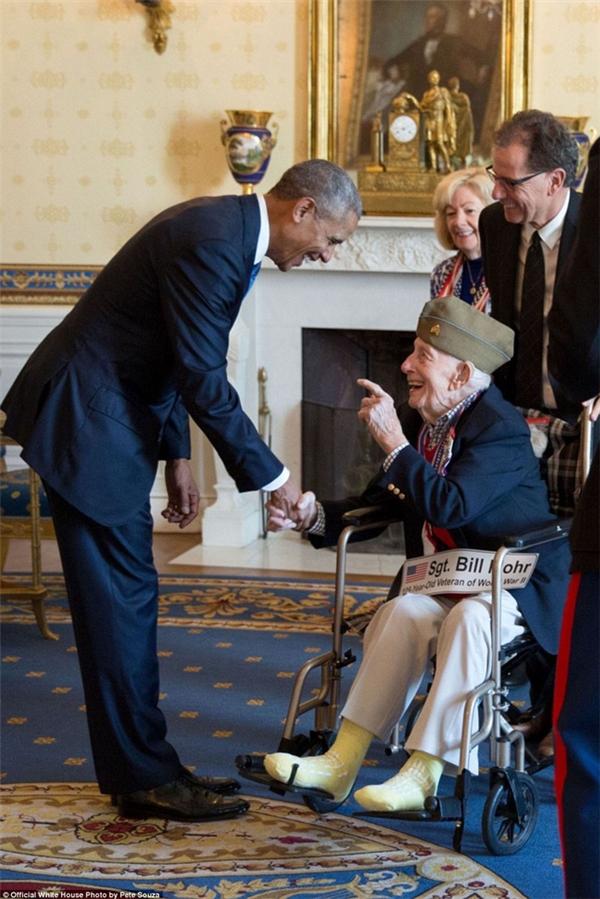 Tổng thống Obama cúi người để bắt tay với Bill Mohr, cựu binh Thế chiến 2 cao tuổi nhất.