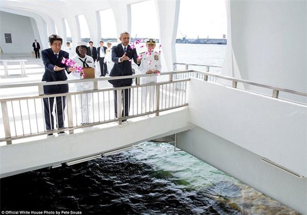 Ông Obama cùng Thủ tướng Nhật Bản Shinzo Abe thả hoa tại đài tưởng niệm Trân châu Cảnghôm 27/12/2016.