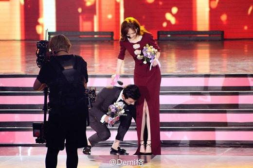La Tấn thể hiện mình là một người đàn ông hào hoa, phong nhã khi không ngần ngại cúi người sửa váy cho Đường Yên ngay trên sân khấu để bạn gái mình không bị vấp ngã.