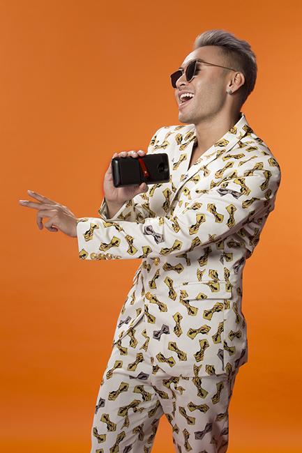 """Chỉ cần mang smartphone bên mình, bật nhạc mọi lúc mọi nơi là Dustin có thể sống """"toàn thời gian"""" với âm nhạc. - Tin sao Viet - Tin tuc sao Viet - Scandal sao Viet - Tin tuc cua Sao - Tin cua Sao"""