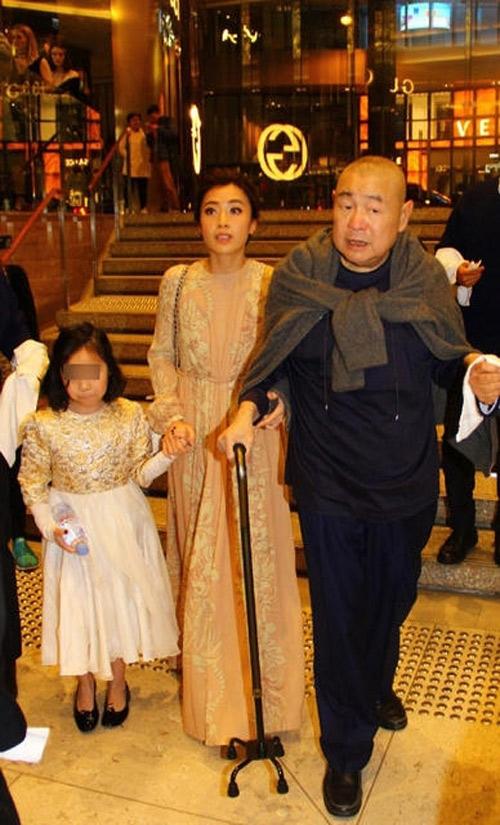 Sánh bước bên chồng già, Trần Khải Vận xinh đẹp và trẻ trung trong bộ váy ren màu nude. Cô giống như một cô cháu gái bên cạnh Lưu Loan Hùng hơn là vợ ba.