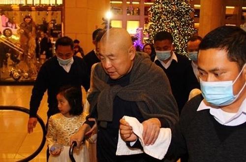 Lưu Loan Hùng chống gậy đưa vợ đi mua sắm.