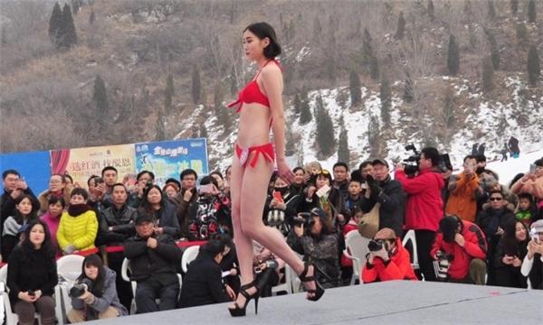 Thí sinh cuộc thi sắc đẹp mặc bikini biểu diễn giữa trời tuyết giá rét