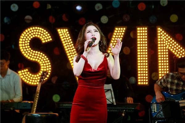Trên sân khấu, Hương Tràm nhanh chóng trở về hình ảnh sexy vốn là thế mạnh của nữ ca sĩ. - Tin sao Viet - Tin tuc sao Viet - Scandal sao Viet - Tin tuc cua Sao - Tin cua Sao