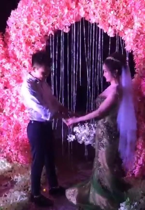 Cặp đôi lãng mạn, tình tứ tại tiệc sinh nhật.(Ảnh: Chụp màn hình)