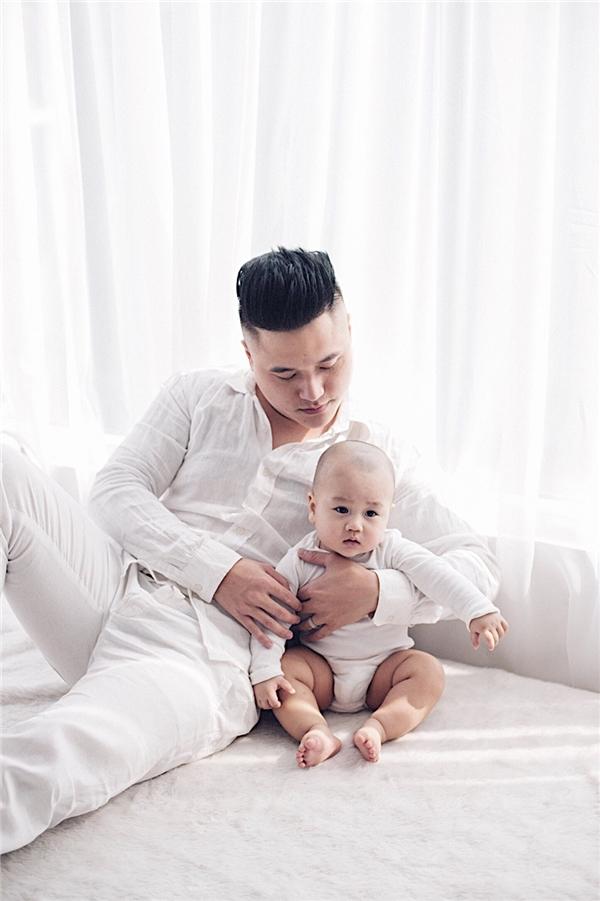 Vợ chồng Vũ Duy Khánh lần đầu khoe con trai kháu khỉnh, đáng yêu - Tin sao Viet - Tin tuc sao Viet - Scandal sao Viet - Tin tuc cua Sao - Tin cua Sao