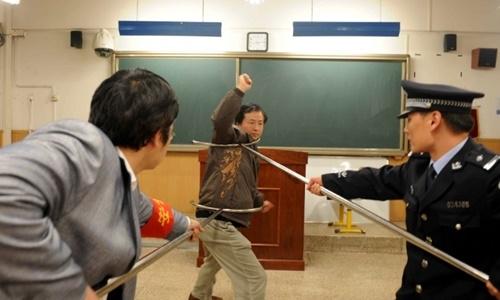 Cảnh sát hướng dẫn giáo viên cách khống chế những kể tấn công tại trường học. (Ảnh: AFP)