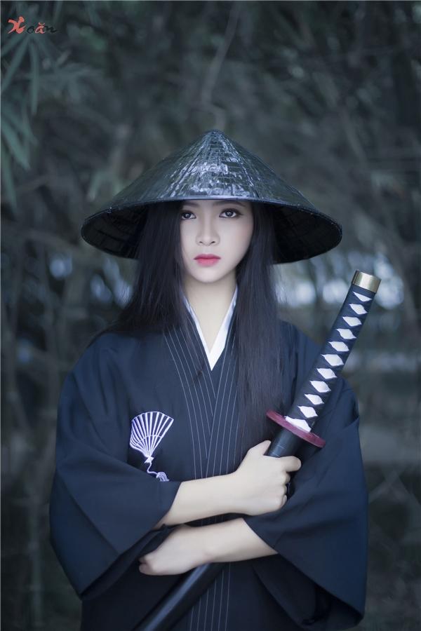 Thưởng Nguyễnchia sẻ rằng chiếc kiếm được ê-kíp sử dụng thực ra chỉ là kiếm gỗ.(Ảnh: Thưởng Nguyễn)