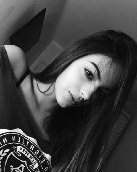 Gương mặt của Amanda Beliene rất cuốn hút với đôi mắt sắc sảo, chiếc mũi cao và khuôn miệng gợi cảm.