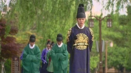 Lấp ló sau lưng thái tử Lee Gaktrong Hoàng Tử Gác Mái là bảng hiệu và chiếc đèn đường thời hiện đại.