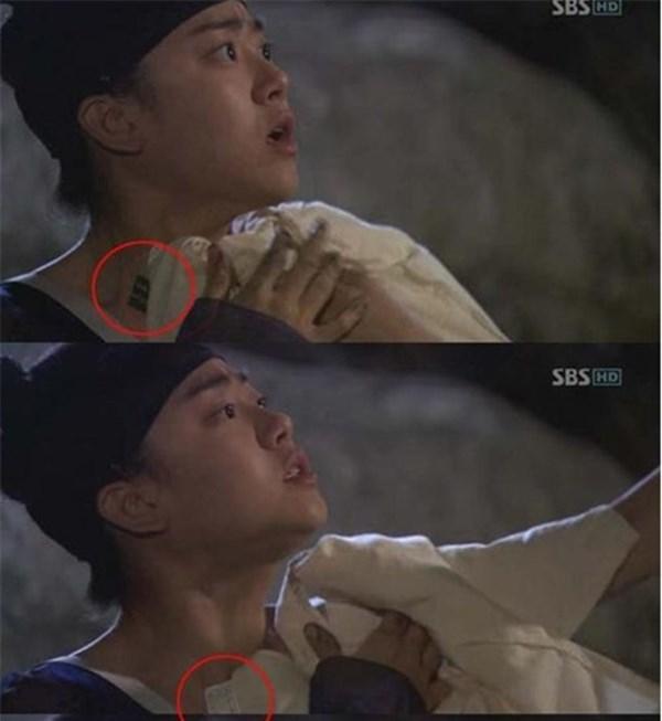 Chiếc áo của Shin Yoon Bok (Moon Geun Young) trong Họa Sĩ Gió có mác thời hiện đại.