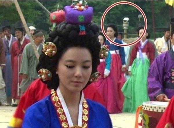 . TrongDr.Jin, thiết bị camera giám sát đã lọt vào khung hình khi nhân vật của Lee So Yeon xuất hiện.