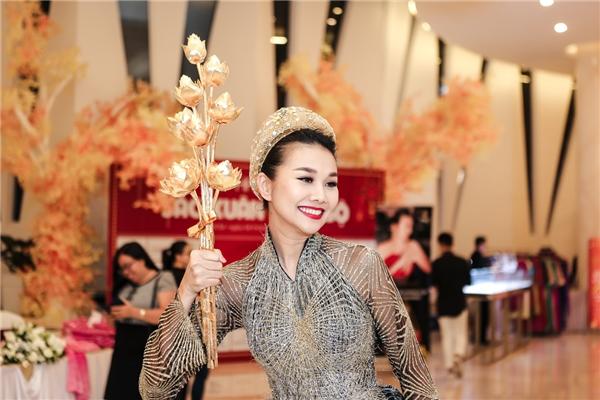Thanh Hằng ôm bó hoa sen 2 tỷ đồng trình diễn thời trang