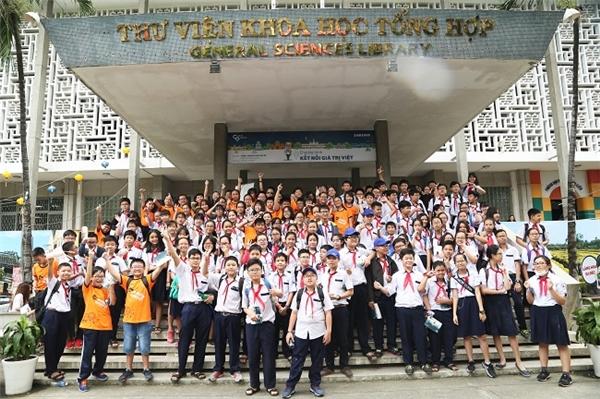 """Các bạn học sinh hào hứng khi được trực tiếp """"du lịch"""" đến các vùng miền trên đất nước."""