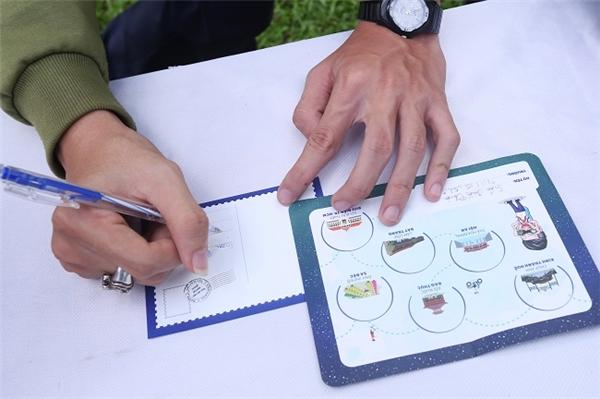 """Đến với Bưu điện TP.HCM, các bạn tham gia có thể viết những tấm bưu thiếp gửi cho người thân yêu và kể về trải nghiệm độc đáo của mình trong suốt chương trình. Thông điệp hay nhất sẽ giành được giải thưởng quà tặng hấp dẫn. """"Đi ngang địa điểm này đã nhiều, nhưng đây là lần đầu tiên mình viết thư tay và gửi qua đường Bưu điện. Cảm giác khá thú vị!"""" – một bạn học sinh chia sẻ."""