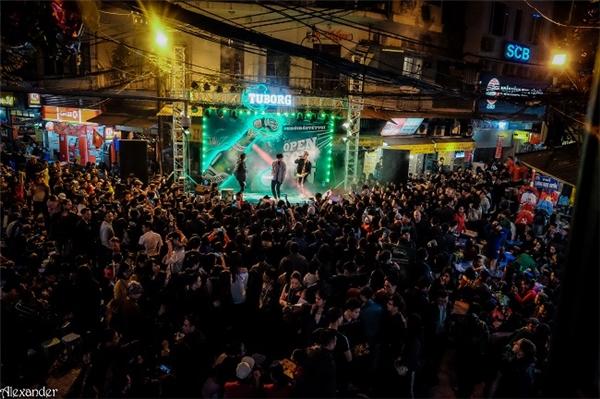 """3 chàng hot boy nhóm Monstar mở màn đêm đầu tiên bằng bản hit mới nhất """"Khởi đầu Tết vui""""."""