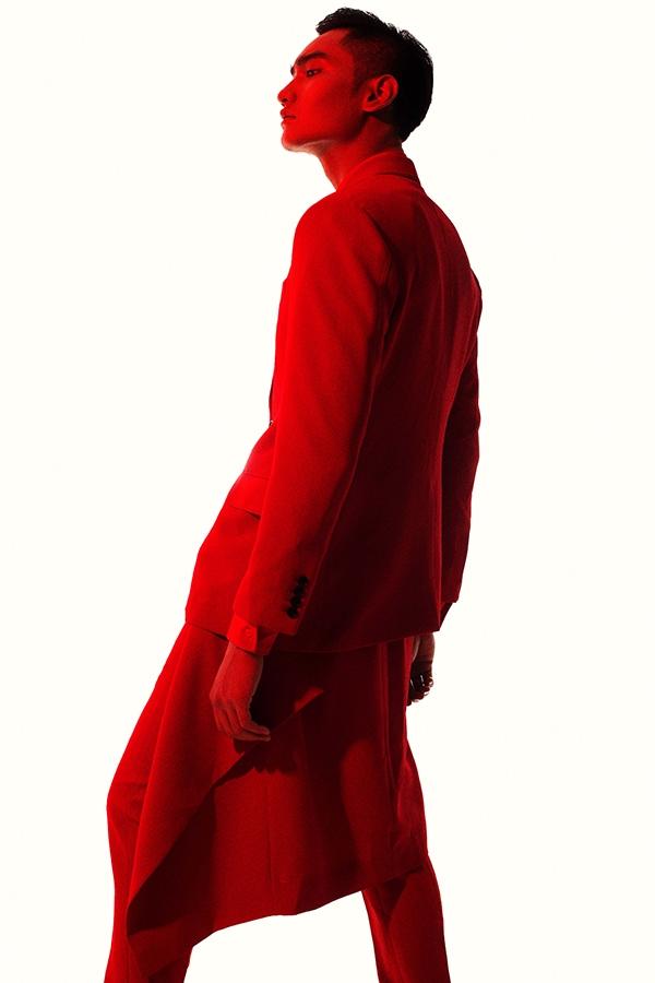 Những đường cắt bất đối xứng kết hợp cách phối trang phục nhiều lớp giúp Huy Quang trở nên mới lạ hơn khi diện suit cổ điển.