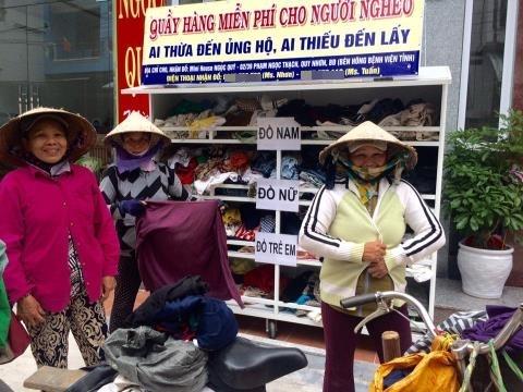 Dù quầy quần áo tại Quy Nhơn, Bình Định chưa hoạt động được bao lâu nhưng đã chứng kiến không ít câu chuyện thấm đượm tình người.