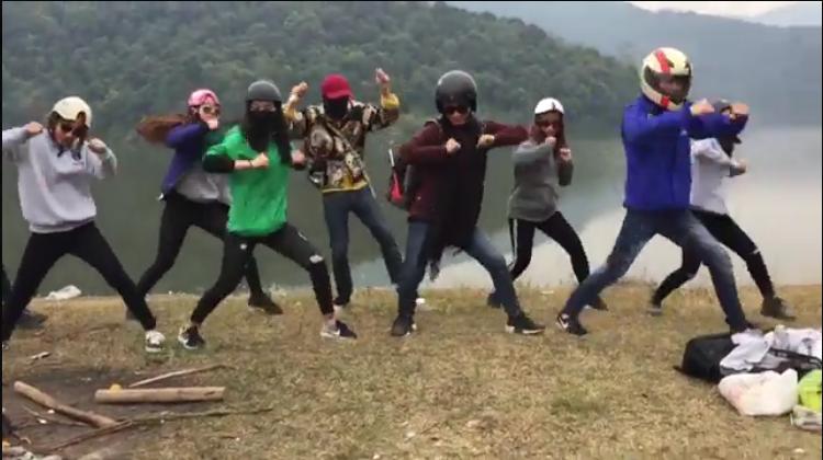 Các bạn trẻ hào hứng nhảy nhót trước khung cảnh thiên nhiên sông núi hữu tình. (Ảnh: Cắt clip)