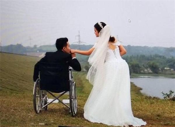 Cả hai tình tứ bên nhau trong trang phục áo cưới.