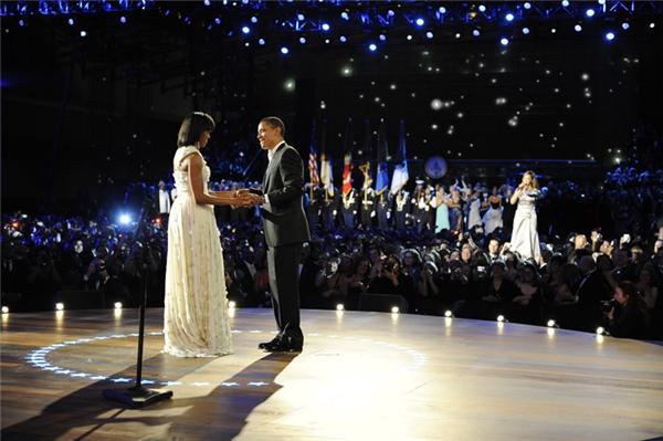 Một cảnh khiêu vũ của vợ chồng Obama năm 2008.